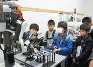 児童がロボット見学