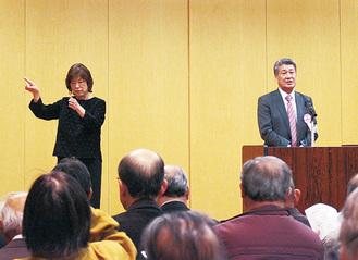 畠山厚同まつり実行委員長(右)の開会宣言も手話で通訳