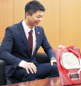 日本フライ級王座獲得を報告する中谷さん=19日