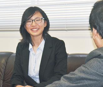 笑顔で大会の様子を報告する藤澤さん=20日、市役所