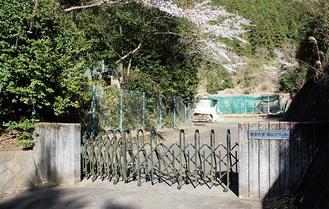 最終候補地となった帝京大青山グラウンドの入口