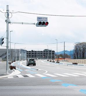 開通した市道を、4月2日に津久井広域道路から撮影。奥に見えるのが相原高校