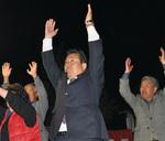 初当選を支援者と喜ぶ山口美津夫氏(中央)