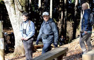 石老山の山頂に到着された天皇陛下。左は秋山幸也・市博物館学芸員、右は山田正法・正覚寺住職=朝日新聞社提供