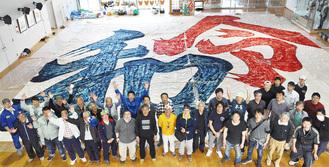 相模の大凧文化保存会のメンバーによって書き上げられた「令和」の大凧 =4月7日 相模の大凧センター