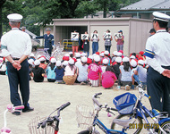 小学校で交通安全指導