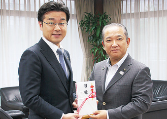 田中社長(左)と本村市長=市役所で