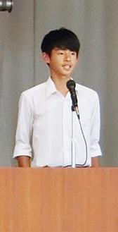 生徒総会であいさつする橋本啓斗生徒会長