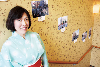 展示された写真を紹介する松下さん=7月9日、小田原屋