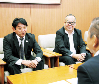 本村市長(右手前)に優勝を報告する「Team UKYO」の片山代表(左)と桑原監督=7月8日、相模原市役所