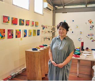 ギャラリーで作品を紹介するBC工房の上田代表=7月27日