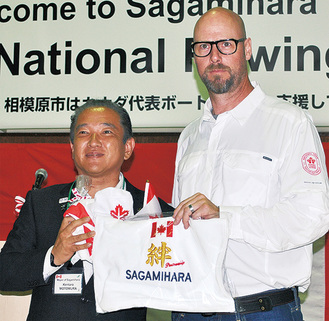 本村市長(左)から記念品が贈呈された