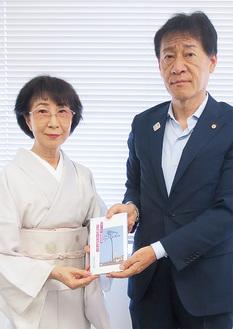 野村教育長に著書を寄贈する中澤さん(左)