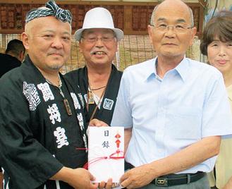 井上総代(左)から今井会長に寄付金が渡された