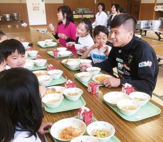 子どもたちと一緒に給食を食べる田中選手