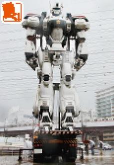 橋本駅側口広場にロボットが出現=23日