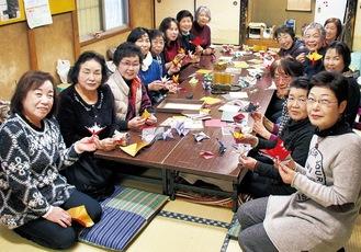 集まったメンバー。共同代表は手前左から1番目が今井さん、2番目が米田さん、手前右が櫻井さん=11月28日、向原自治会館