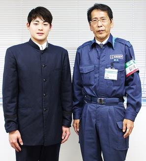 国体優勝を報告した小方さん(左)と鈴木教育長=11月18日、市役所