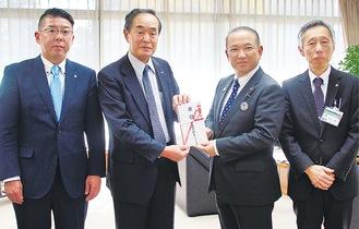 左から秋本幹事、相澤会長、本村市長、隠田展一副市長=5日