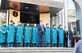 原晋監督と今回登録された16選手=12月16日、東京都渋谷区の同大学青山キャンパスで