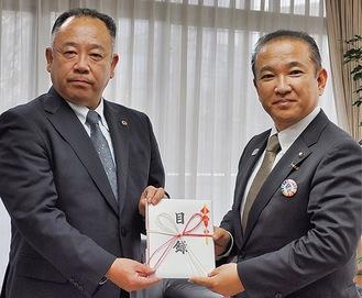 目録を持つ山田支部長(左)と本村市長