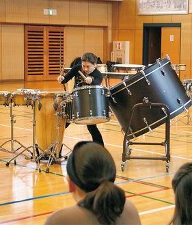 打楽器演奏を披露する加藤訓子さん=12月26日、青根中