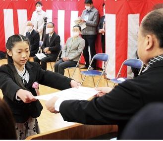 倉田校長から卒業証書を受け取る山口咲雪さん=3月23日、青根地域センター