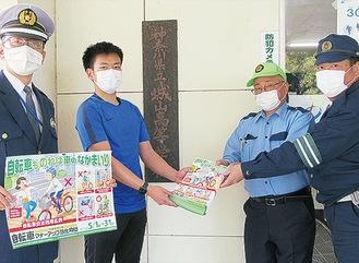 平栗会長(中央右)と沢辺和也城山高校教諭(中央左)