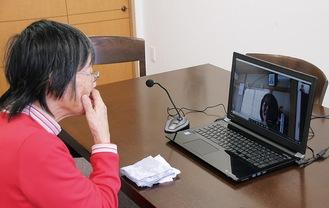 義理の娘・史子さんとビデオ通話で面会する繁子さん