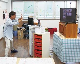 体操の授業をズームで配信する=21日、大沢幼稚園