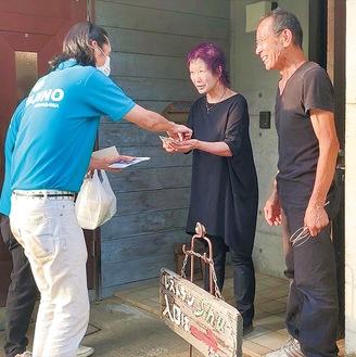 カフェレストランShuから配達料理を受け取る藤野商工会青年部員=6月5日