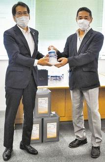 消毒液を贈る沼尾会長(右)と鈴木教育長