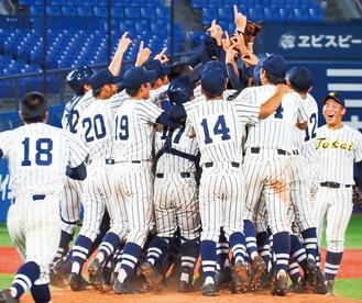 優勝を決め喜びを爆発させる選手 =8月23日横浜スタジアム
