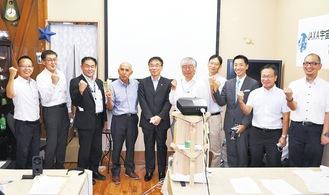 発起人代表の茅さん(左から4番目)、國中所長(同5番目)、JAXA・商店会関係者、市職員ら