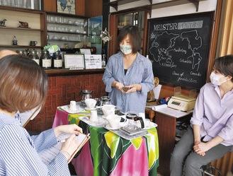 「受講生」に向け、豆の違いなどを説明する自家焙煎珈琲豆店「MEISTER」の古川さん