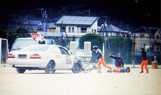 一時不停止で飛び出した自転車と車と衝突した事故が再現された