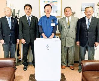 右から小川幹事、水野会長、西病院長、沼尾会長、原幹朗氏