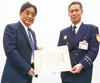 感謝状を受け取る高野靖悟名誉院長(左)