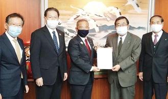 左から小川会長、関戸会長、本村市長、野崎会長、有山会長=15日、相模原市役所
