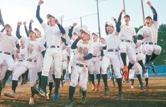 飛び上がって選抜出場の喜びを爆発させる東海大相模ナイン=1月29日 東海大相模高校グラウンド