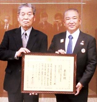 本村賢太郎市長に受賞の報告をした星理事長(左)
