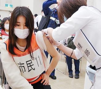 ワクチンの擬似接種を受ける市職員