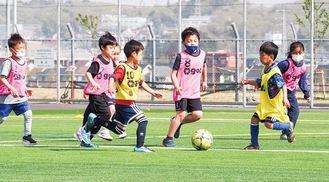 SCコーチの指導のもと夢中でボールを追う子どもたち=SC相模原提供