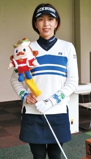 家族の協力を糧に、初優勝を飾り喜びの声を話す佐藤靖子プロ