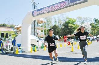 記録達成を狙う個人参加者や、完走が目的のチーム参加など、さまざまな楽しみ方が見られた