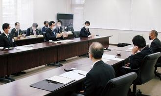 本村市長(右端)と意見交換を行う坂倉会長(左から5番目)。左端は津久井JCの久保理事長、相模原JCの飯塚理事長は左から7番目=4月13日