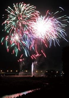 コロナ禍では、昨年からさまざまな打ち上げ花火の企画が生まれている。写真は相模原納涼花火大会実行委員会による「さがみはら元気花火」=2020年11月22日