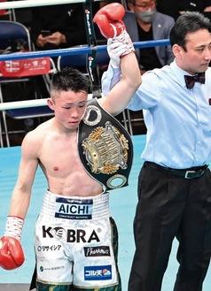 挑戦者を退け、レフェリーから勝ち名乗りを受ける石澤選手(撮影:山口裕朗さん)