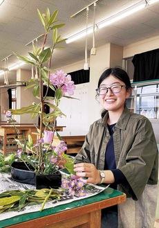 同展で入賞したことを受け、7月にいけばなの京都研修に参加する予定の鈴木さん。この日は即席で、身近な花材を生けてくれた
