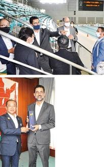 (上)練習場を視察するブラジル大使館関係者(下)本村市長と記念品を交換するエドゥアルド特命全権大使=8日